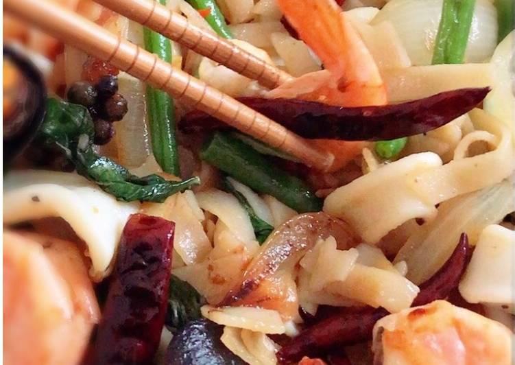drunken noodles stir fried seafood pad kee mao helpfulcook recipe main photo