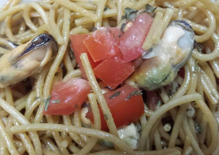 garlic pasta with mussels recipe main photo