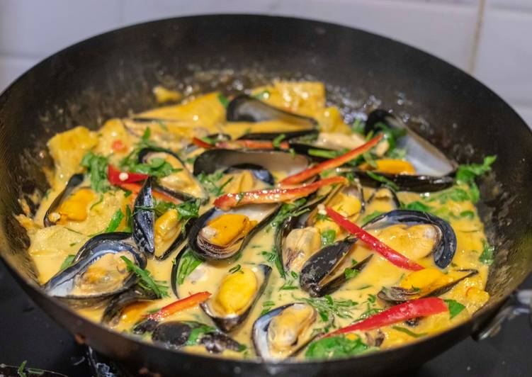 African Cuisine Red curry mussels with pineapple and wild betel leaves. แกงคั่วหอยแมลงภู่กับใบชะพลู