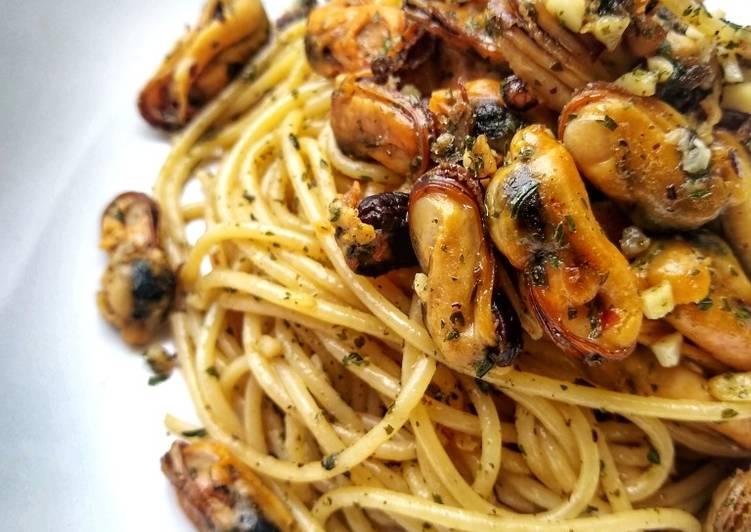 spaghetti with mussels in a garlic butter chilli sauce recipe main photo